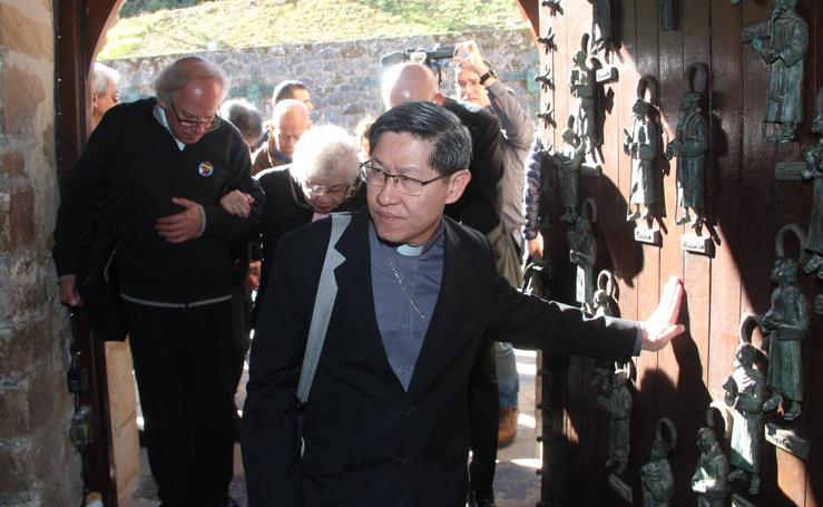 El arzobispo de Manila, en la Puerta del Perdón