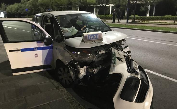 Accidente entre un taxi y un turismo en Reina Victoria