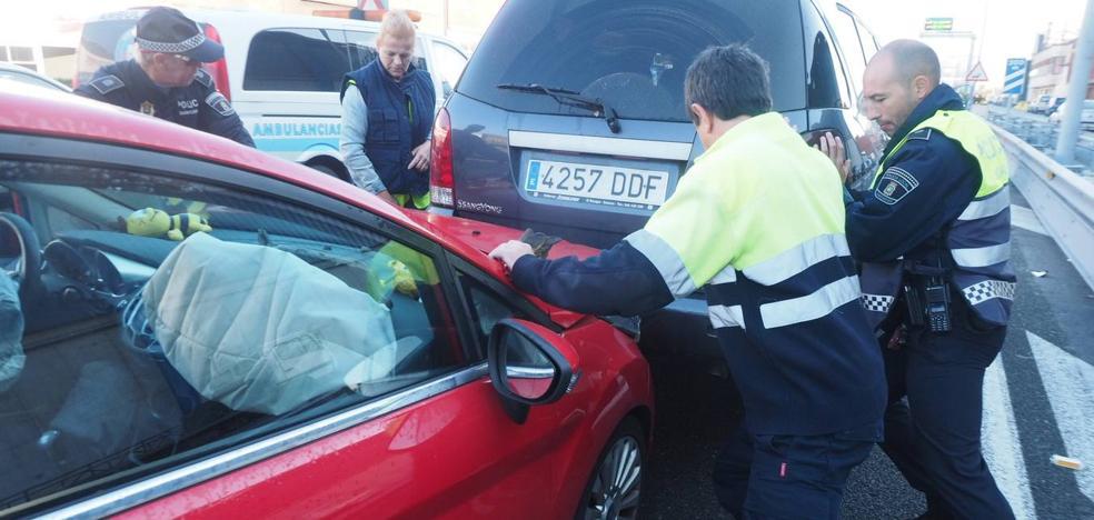 Dos heridos leves por una colisión en cadena en la entrada de Santander