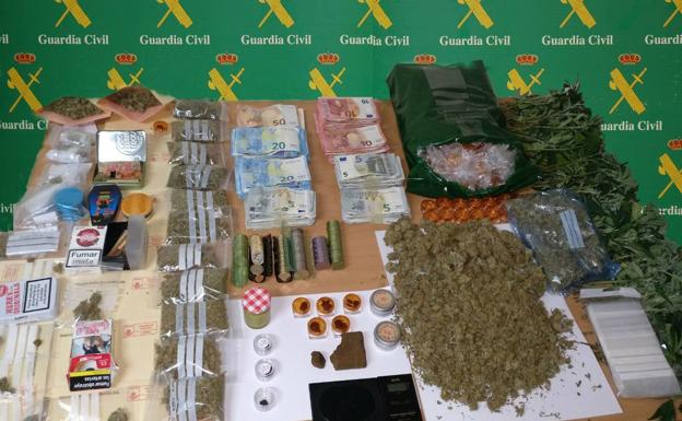 Droga y dinero intervenidos en el local de Guarnizo.