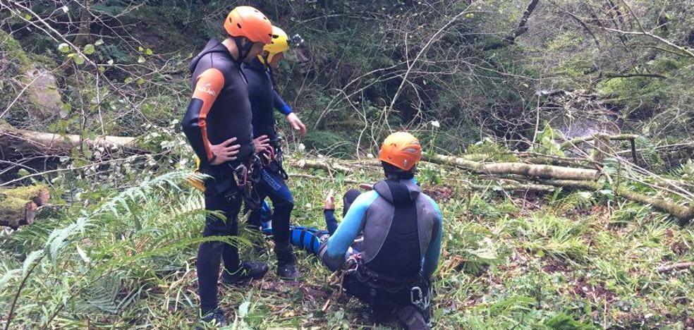 Complicado rescate de una mujer herida en un bosque de Bárcena de Pie de Concha