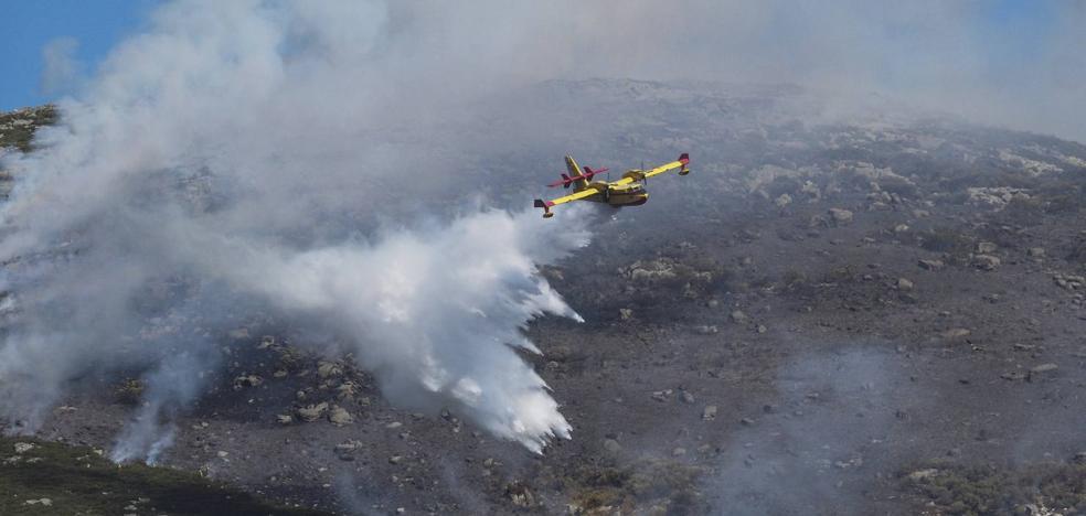 El incendio en la Sierra de Híjar se mantiene activo y se ha controlado el de La Población de Suso