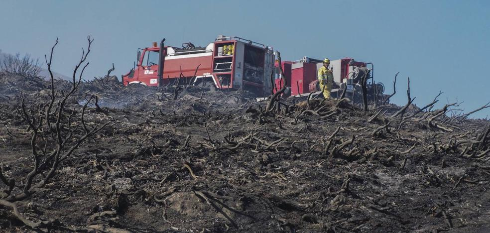 Controlados todos los incendios forestales en Cantabria pero con el operativo en alerta