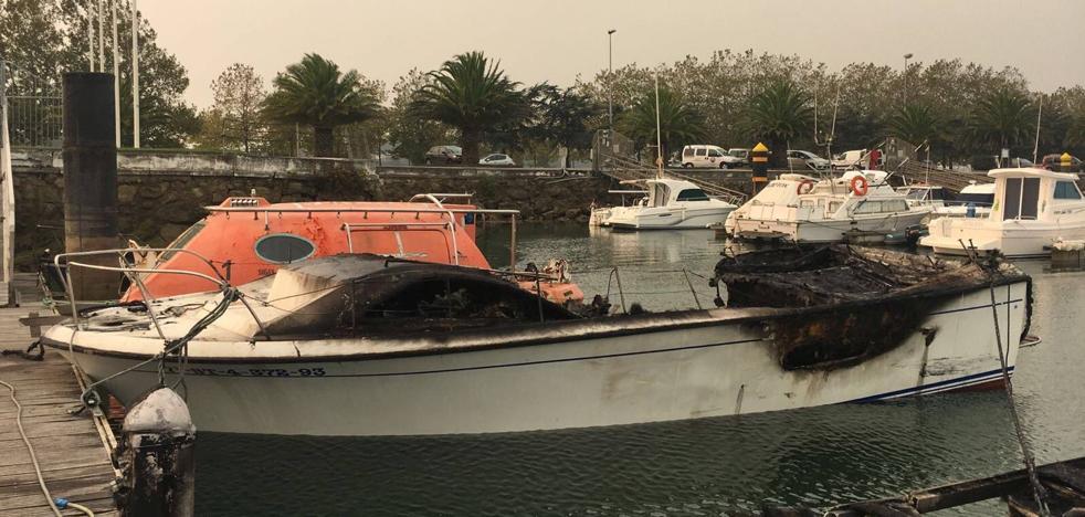 El fuego consume de madrugada tres embarcaciones en el puerto Marina del Cantábrico
