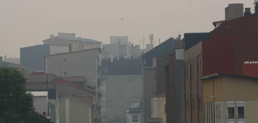 El viento sur propaga por toda Cantabria humo y ceniza de los incendios de Asturias