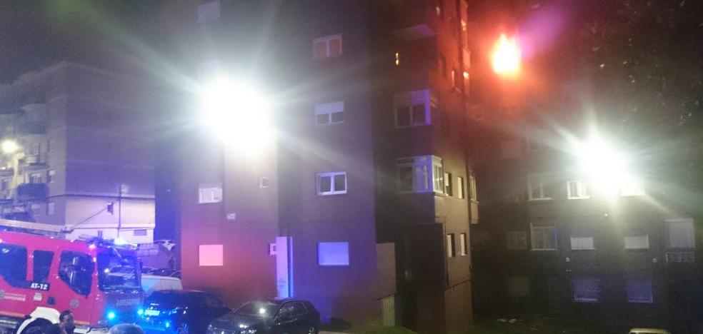 Ocho heridos, dos de ellos bomberos, en el incendio de un piso en Fernando de los Ríos