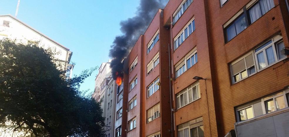 Los bomberos sofocan un incendio en la calle Lábaro de Santander