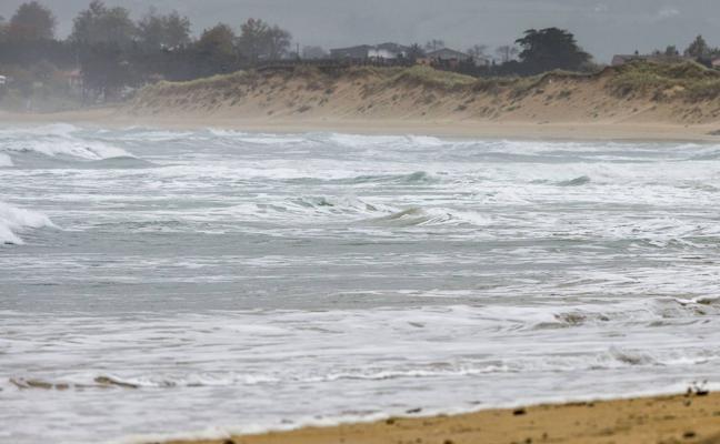 Fallece un turista escocés ahogado en Somo mientras nadaba con sus hijos