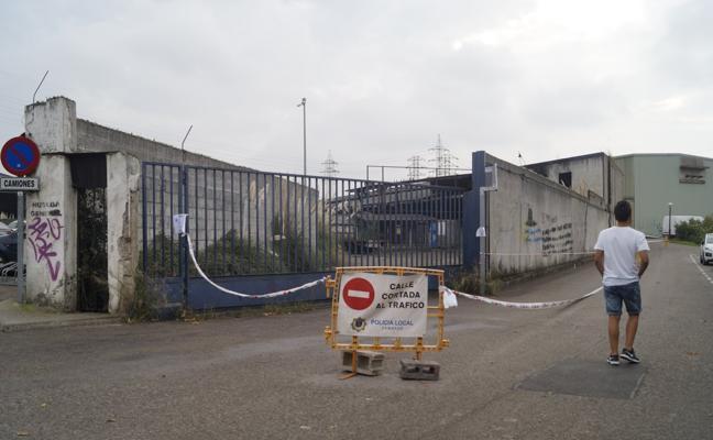 Un incendio en una fábrica abandonada obliga a acordonar una calle de Camargo
