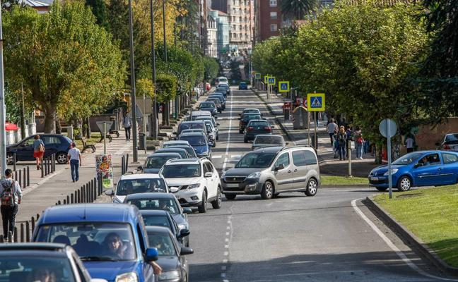 Los conductores se quejan de los atascos en horas punta en el Paseo Julio Hauzeur