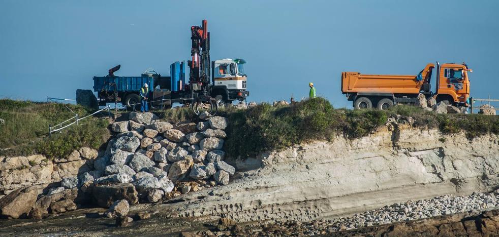 Costas construye un rompeolas para proteger La Maruca de los temporales