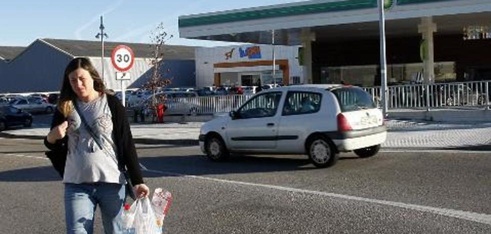 Un semáforo y una acera mejorarán la seguridad vial en Requejada