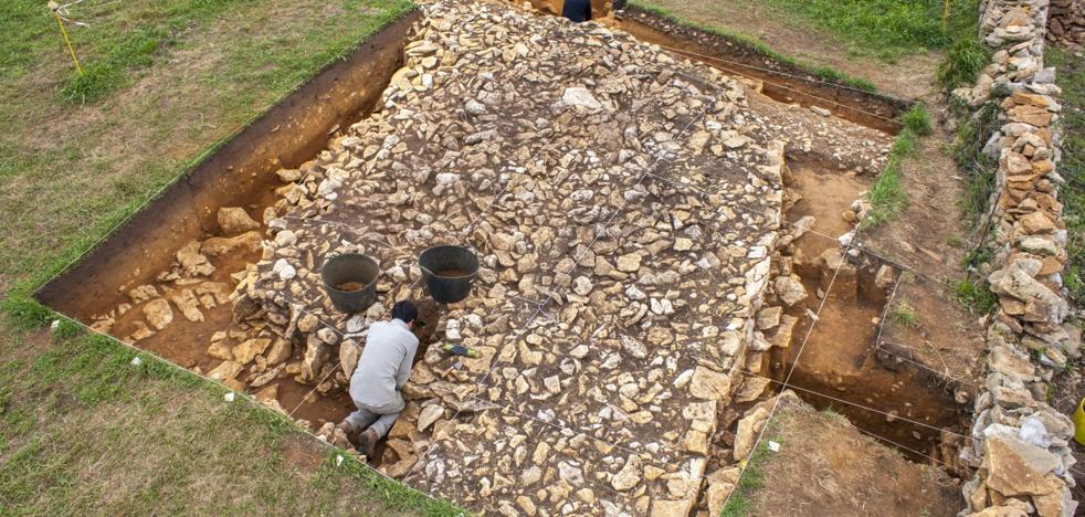 Descubierta una cabaña de hace tres mil años en el castro El Cincho