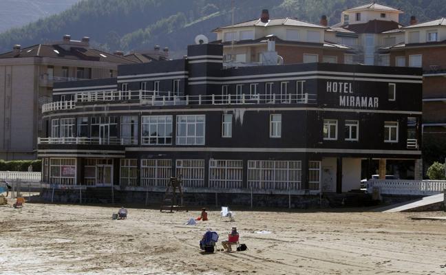 El Colegio de Arquitectos solicita a Cultura que proteja el edificio del hotel Miramar