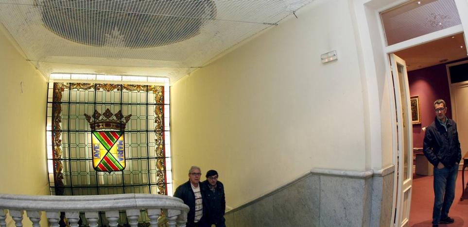 Nuevos desprendimientos en el edificio obligan al desalojo del Palacio Municipal