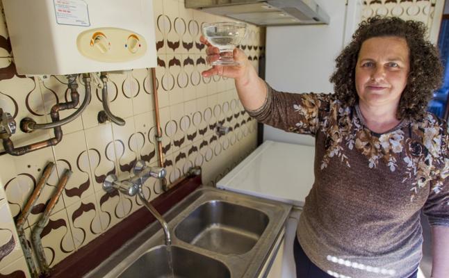 El agua de Hazas de Cesto ya sale limpia, pero la empresa aún desconoce el origen del problema