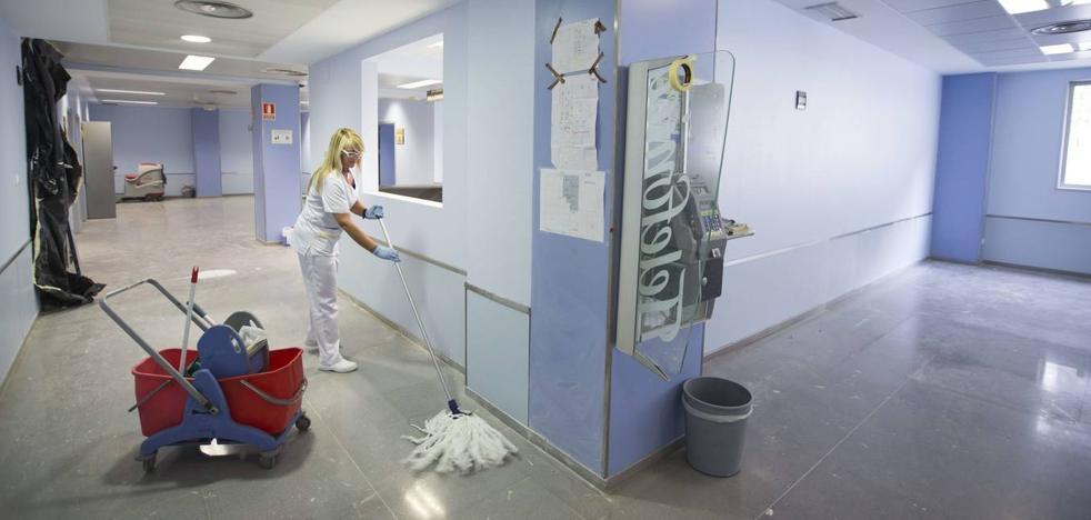 Los trabajadores de la limpieza de Valdecilla harán paros durante un mes