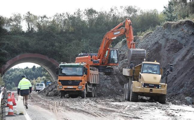 Los efectos del argayo y la intensa lluvia impiden reabrir la A-8 en Caviedes
