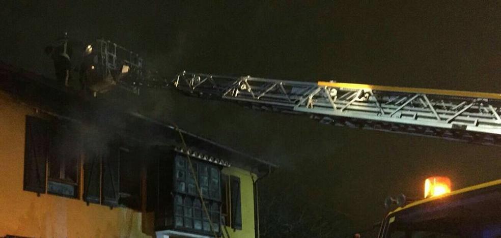 Intoxicada por humo la dueña de una casa de Peñacastillo tras un incendio que quemó tres habitaciones