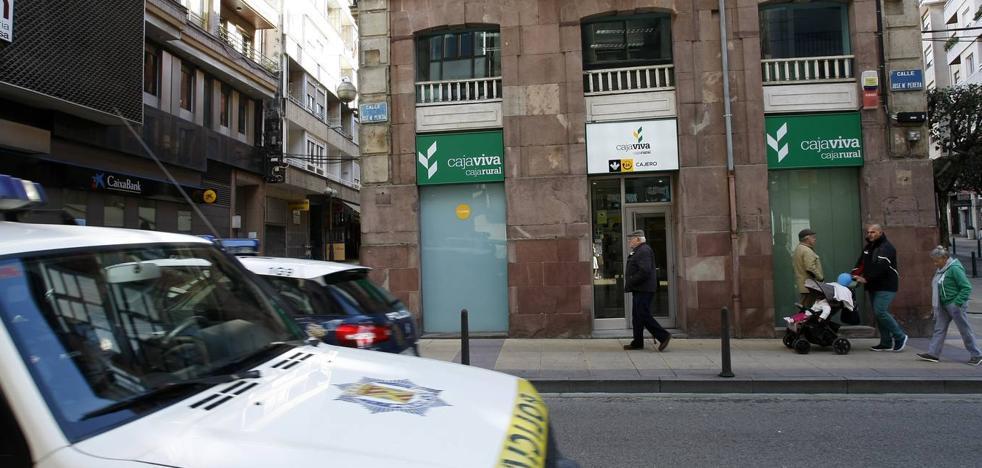 La Policía busca al hombre que atracó un banco en Torrelavega armado con un cuchillo