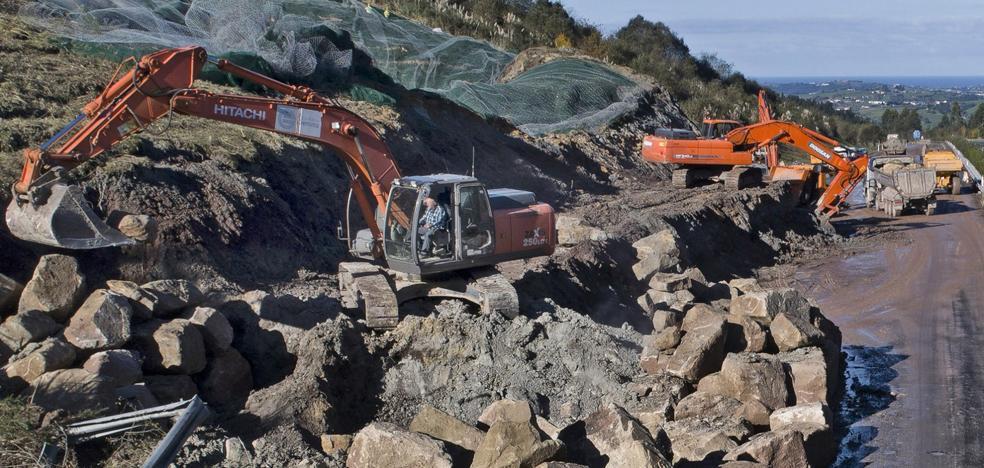 Las obras en el argayo se centran ahora en quitar peso al talud junto a la autovía