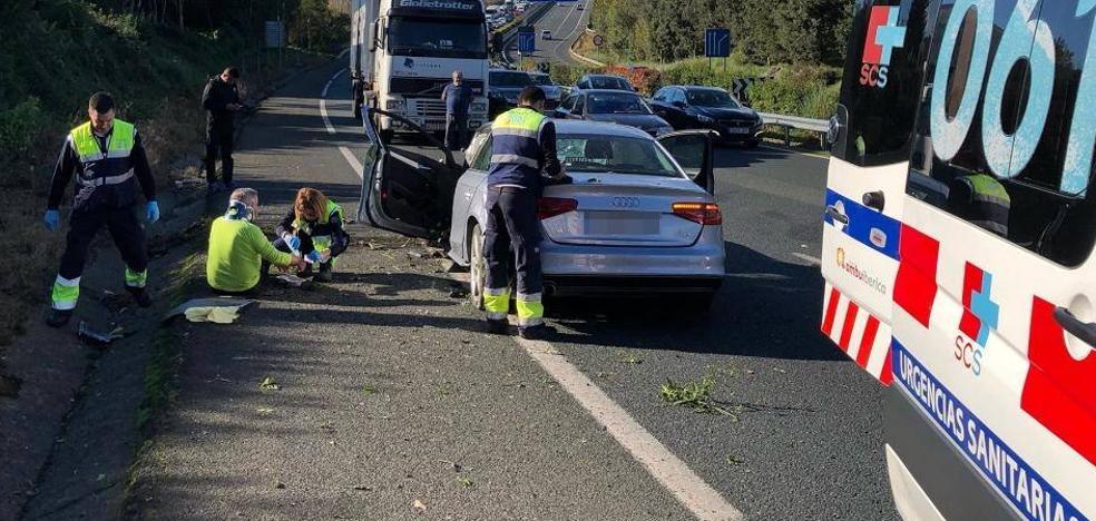 Un hombre herido en un accidente en la autovía a la altura de Solares