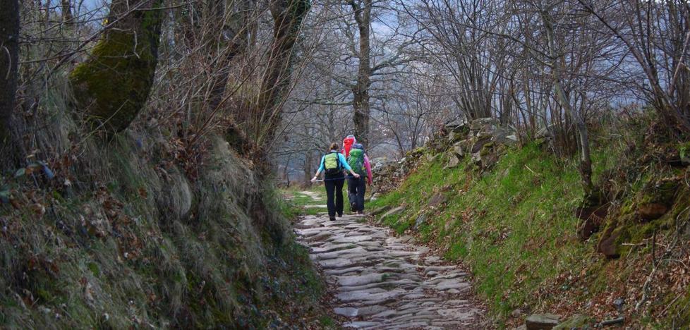 Los vecinos de Bárcena quieren que los presupuestos locales potejan la calzada romana
