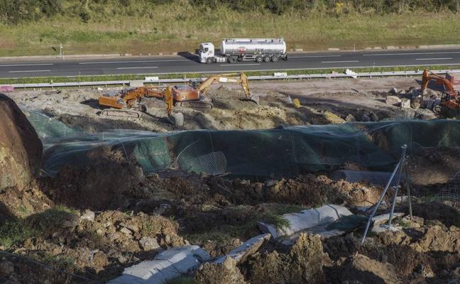 Fomento acelera los trabajos en el argayo de Caviedes para abrir hoy un carril de la A-8