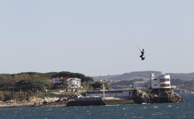 Acrobacias sobre la bahía de Santander