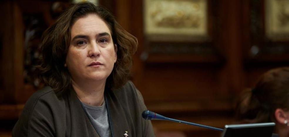 La Junta electoral ordena a Colau retirar una pancarta sobre los presos políticos