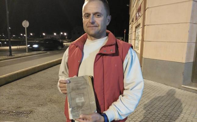 El entrenador de 'La Pejinuca' vende un libro de 1873 por 60.000 euros