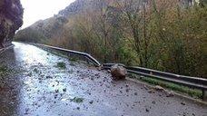 Un desprendimiento de tierra y rocas corta la carretera en Mirones y Rubalcaba