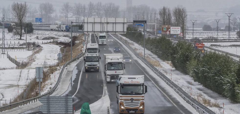 Tráfico vuelve a cortar el paso de camiones en la A-67 entre Arenas y Mataporquera