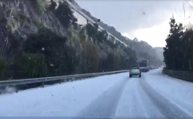 Una intensa granizada sorprende a los conductores en la A-8, en Cérdigo