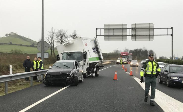 Un accidente múltiple corta la A-67 entre Torrelavega y Santander durante dos horas