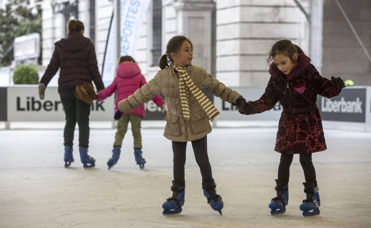 Abierta al público la pista de hielo de la Plaza Porticada
