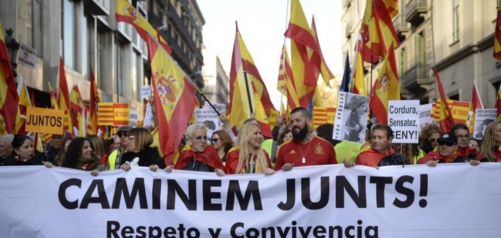 Miles de personas salen a la calle en Barcelona en defensa de la Constitución