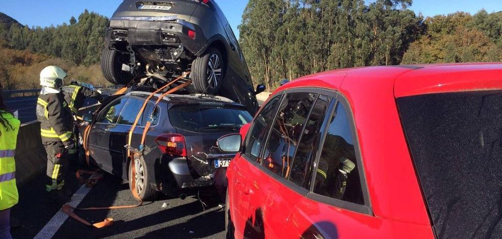 Un coche acaba en el techo de otro en un accidente en la A-8 a su paso por Laredo