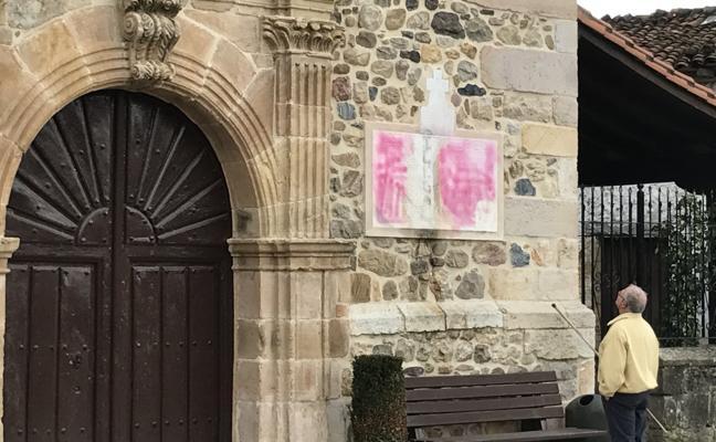San Martín en Villacarriedo amanece con pintadas en su fachada principal
