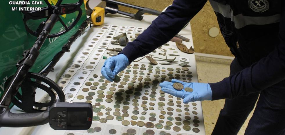 La Guardia Civil detiene a dos personas y recupera más de 600 monedas obtenidas en excavaciones ilegales