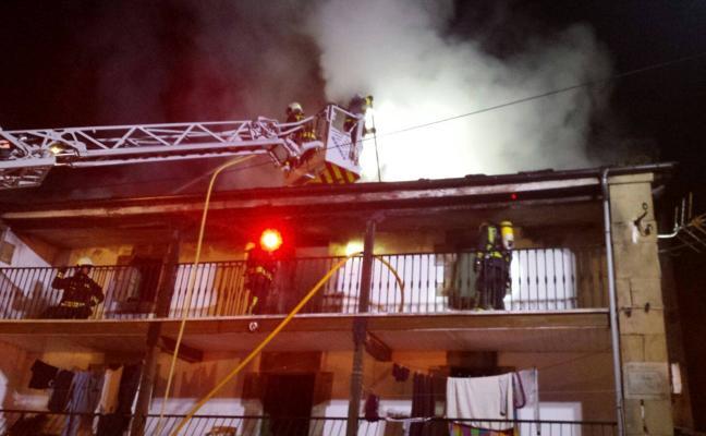 Un incendio destruye una casa en Vega de Pas