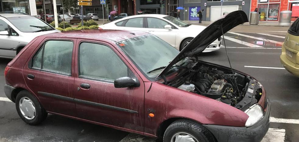 Arde un coche en plena calle Castilla de Santander