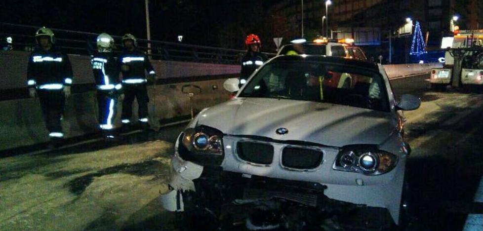 Vuelca un coche tras saltar la mediana en el túnel de La Marga