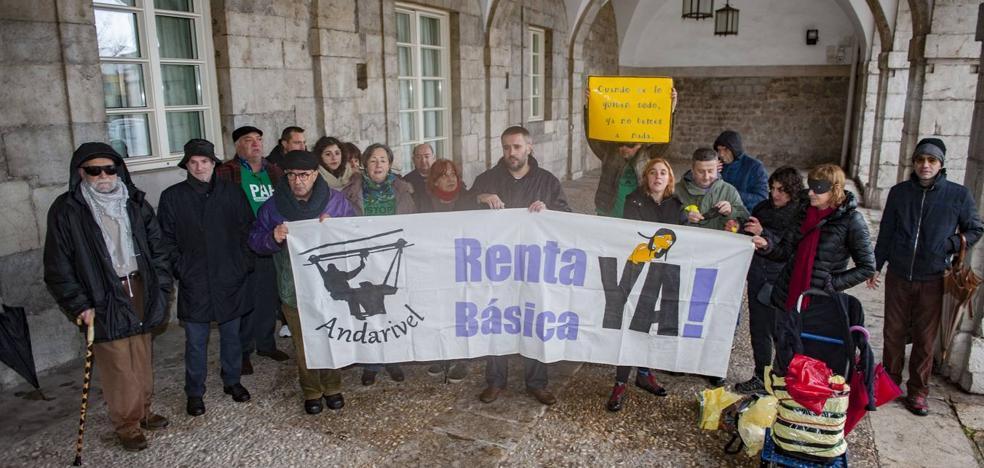 El grupo de Renta Social Básica, Andarivel, denuncia ante el Parlamento la gestión de los recursos