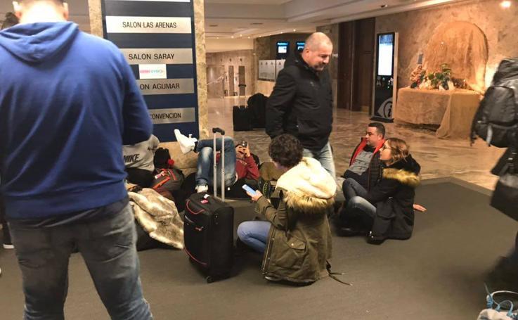 La tensa espera de los pasajeros afectados por la odisea del vuelo Santander-Varsovia