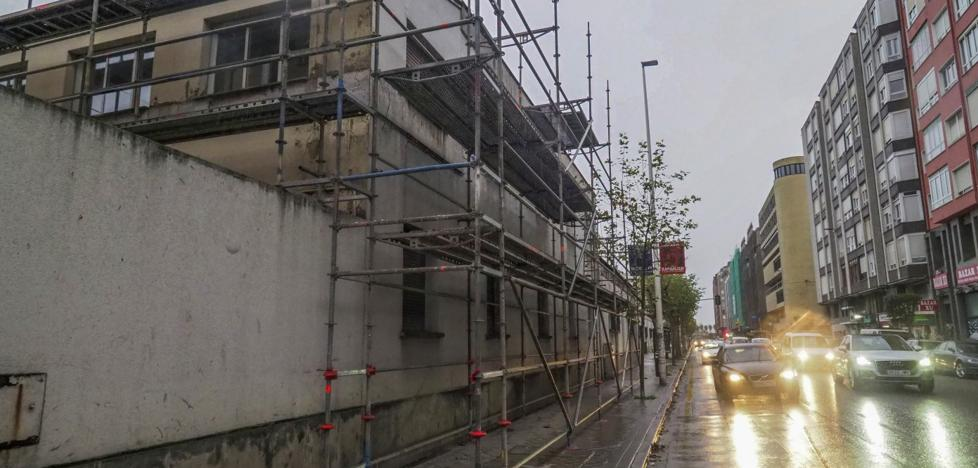 Trabajos previos para el derribo de las tres naves ferroviarias en la calle Castilla