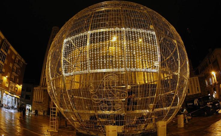La gran bola de Navidad se posa en Torrelavega