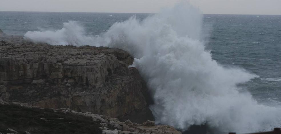 Rachas de viento de 95 km/h y olas de casi 8 metros, esta madrugada en Santander