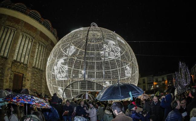 La gran bola navideña luce su potencial