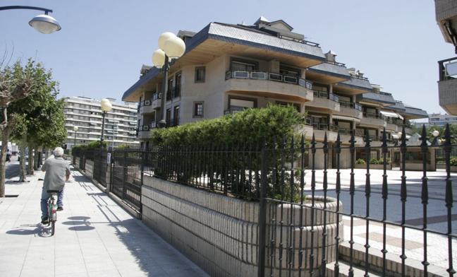 El alcalde y los cuatro ediles del PSOE de Laredo, multados por retrasar el derribo del Edificio Tenis